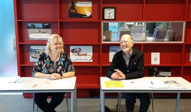 <p>Lenette Logtenberg, programmaregisseur Ontwikkeling & Ontplooiing Bibliotheek Kennemerwaard en Herman Grol, voorzitter SeniorWeb Heerhugowaard.</p>