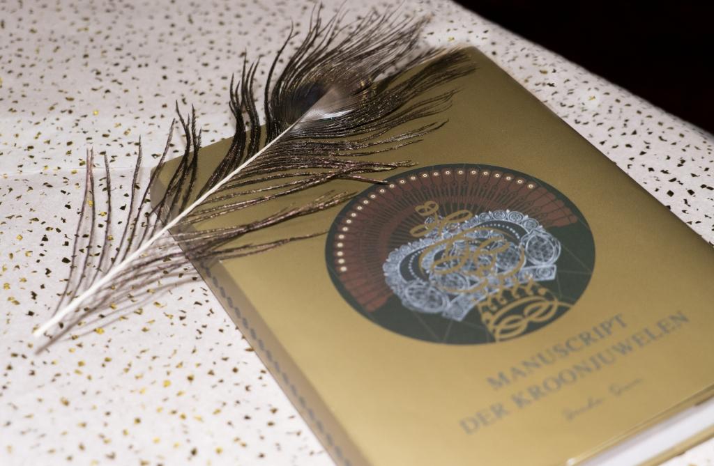 <p>Het boek &#39;Manuscript der Kroonjuwelen&#39;.</p> <p>(Foto: Yvonne Sierkstra)</p> © rodi