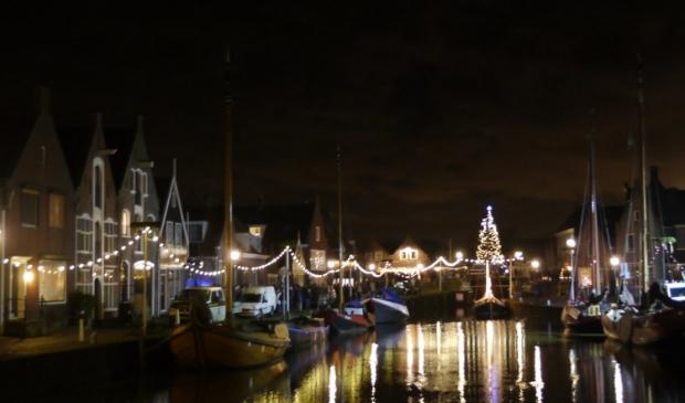 <p>De kerstboom staat weer aan de Middendam in Monnickendam.&nbsp;</p>