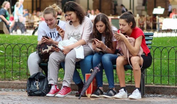 Wil je weten hoe je ervoor zorgt dat je puber niet verslaafd raakt aan zijn mobieltje, kan ook terecht bij het opvoedspreekuur.