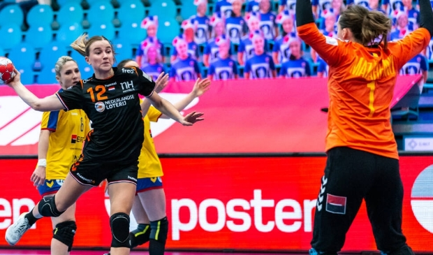 Bo van Wetering (nr.12) legt aan voor een van haar acht treffers tegen Roemenië.