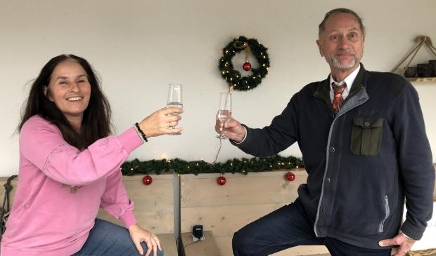 <p>Inge en Rob klinken op een - hopelijk - nieuw jaar vol wandelplezier.</p>