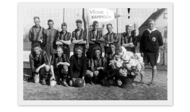 <p>Vrone 1, kampioen 1942. v.l.n.r.: Jaap Groen, Henk Wiedijk, Cor Hoogland, Siem Zeegers, Kees Groen, Jannes Kuiper, Klaas Kliffen en de scheidsrechter. Gehurkt v.l.n.r.: v.d. Tak, Cees Groen, Dirk Koning, Cor Groen en Niek Wiedijk.</p>