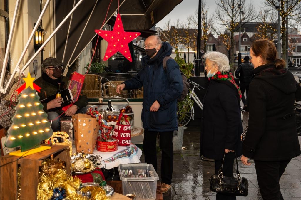 <p>Partner Paul (links met pet) bij zijn vintage kerstmarkt en tevens verkoop van bierpakketten.&nbsp;&nbsp;</p> <p>(Foto: Han Giskes)</p> © rodi