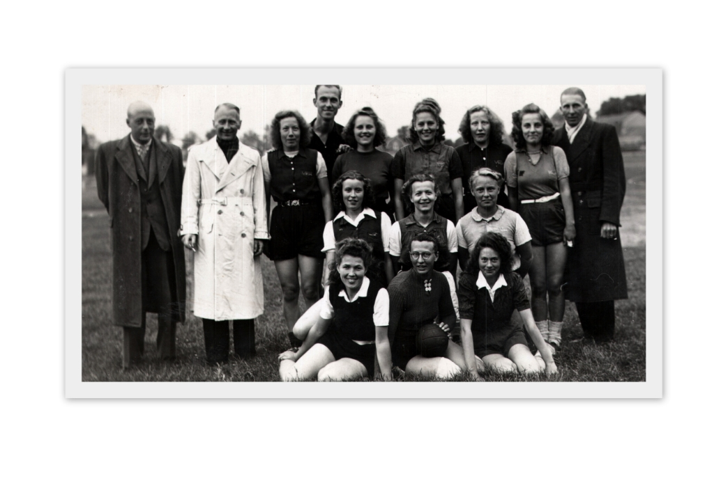 <p>Vrone 1 handbal, kampioen 1947. Achterste rij: Piet Peereboom, Piet Modder, Jo Dekker, H. Kroeske (scheidsrechter), Truus Goesinne, Annie Zeegers, Ger Dekker, Gr&eacute; Goesinne en Henk Hoed. Tweede rij v.l.n.r.: Lien Brammer, Wig Hoogland en Aagie Tol. Voorste rij v.l.n.r.: Elly Feijen, Jannie Strijbis en Corrie Schuit.</p> <p>(Foto: aangeleverd)</p> © rodi