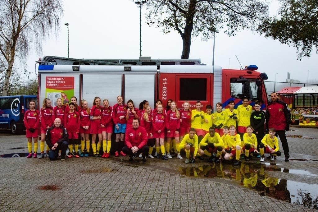 Iedereen mocht op de foto met een brandweerauto. (Foto: aangeleverd) © rodi