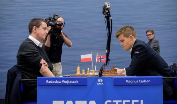 <p>Radoslaw Wojtaszek (links) in zijn partij tegen wereldkampioen Magnus Carlsen in de derde ronde van het Tata Steel Chess Tournament 2015. Wojtaszek won.</p>