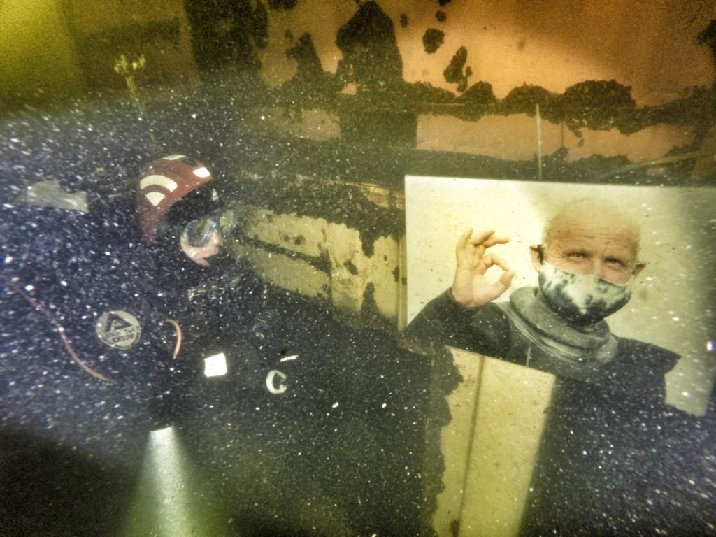 <p>Duiker bekijkt foto op 9 meter diepte</p> (Foto: annelies versteege) © rodi