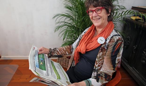 <p>Trudi Jeninga vindt het heerlijk om de krant te lezen.</p>
