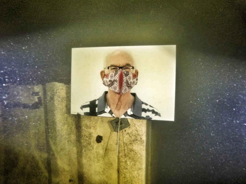 <p>Oudere met mondkapje onder water</p> (Foto: annelies versteege) © rodi
