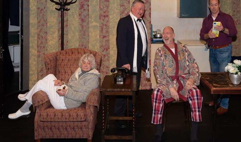 André Tiepel (tweede van rechts) als middelpunt in The Sunshine Boys. Corry Busio, Cees Wingelaar en Michel Bart zijn de andere acteurs.