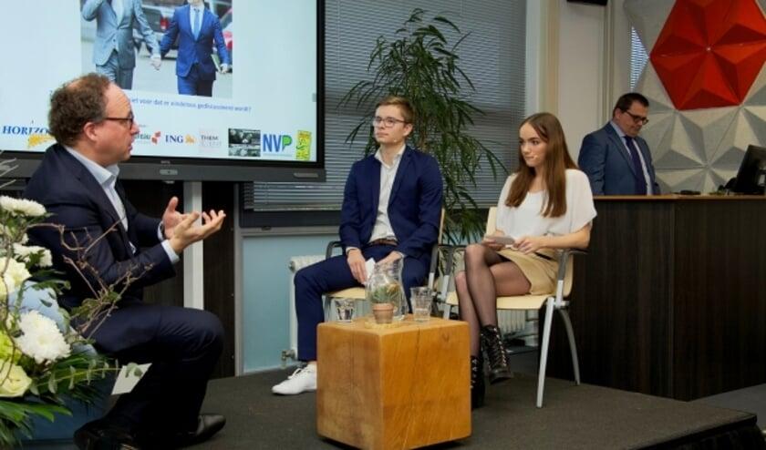 Minister Wouter Koolmees in gesprek met studenten Jerry Dust en Djamilla Vonk.