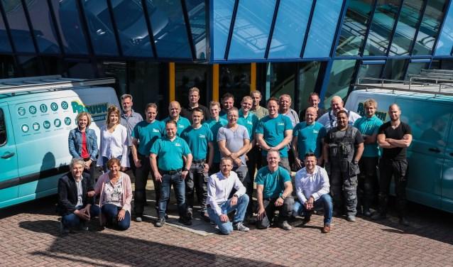 Het team van installatiebedrijf Piet Bruijn, met Piet en zijn vrouw Nel links vooraan zittend.