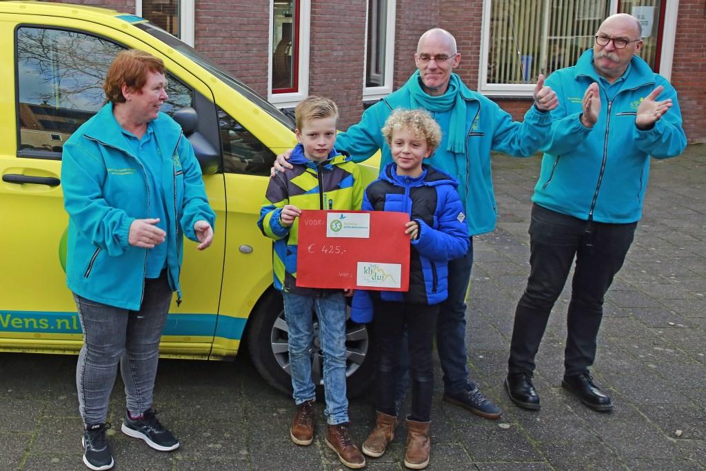 Joep en Marniq uit groep 5/6 overhandigen de donatie.
