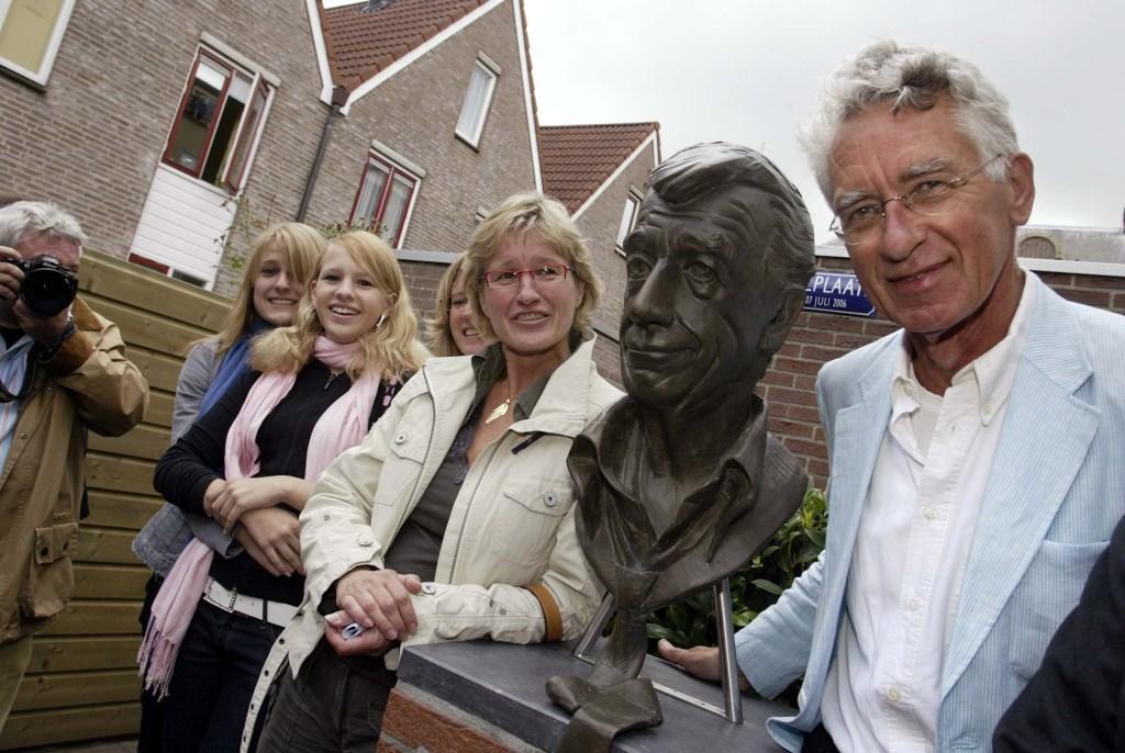 Broer Adriaan (rechts) naast het beeld van Rudi van Carsten Eggers. Links van hem dochter Annemieke en naast haar zus Caroline. Hun dochters Gabo en Maxi completeren het stel.   © rodi