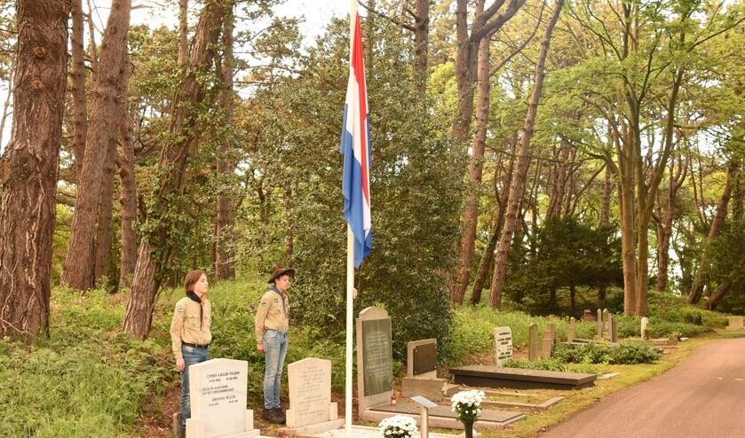 Op 4 mei maken Beverwijkse scouts hun opwachting bij de oorlogsgraven op Duinrust.