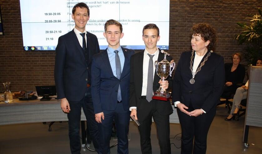 Burgemeester Leontien Kompier van Langedijk (r) overhandigde Daan Pheijffer (tweede van rechts) de bokaal.