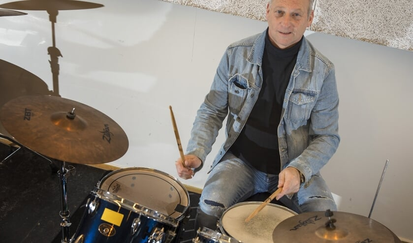 Fred Knijn achter een drumkit bij Artiance waar hij ooit les gaf.