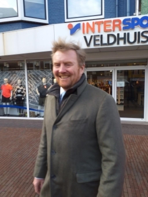 Willem-Alexander loopt op de Breestraat.  © rodi