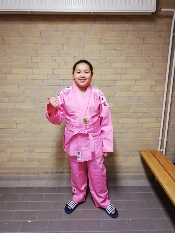 shakena in het gewonnen roze pak  © rodi