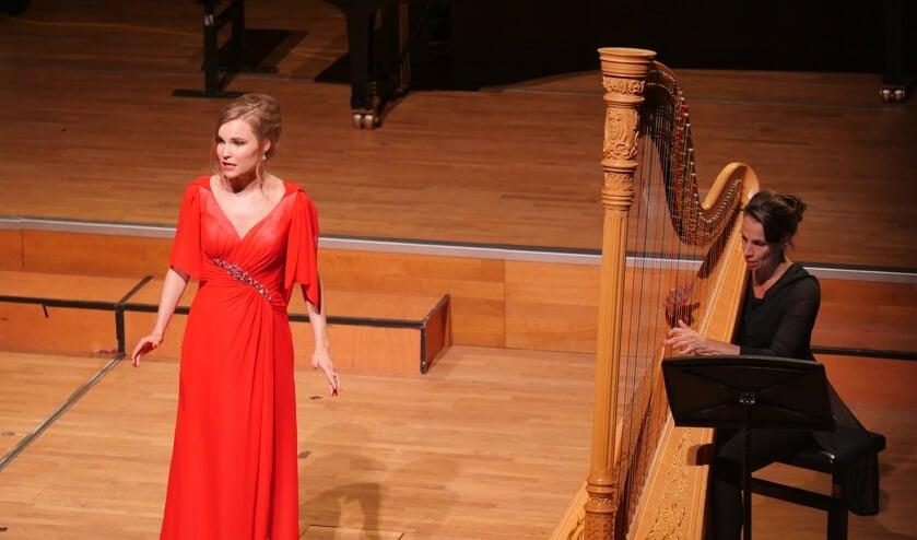 Jonge zangtalent Tess Marique Oostwouder en harpiste Colet Nierop.
