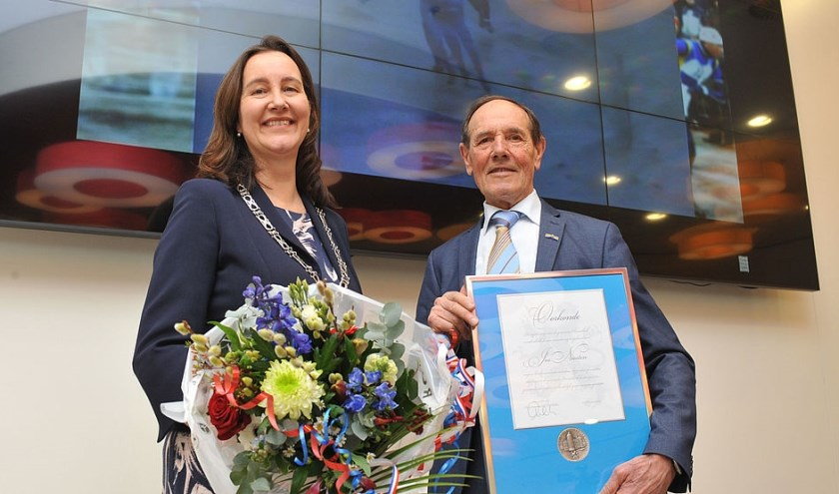 Jos Niesten heeft de erepenning van de gemeente Heemskerk ontvangen van burgemeester Mieke Baltus.