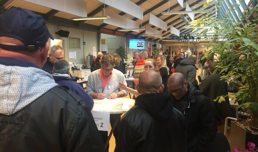 Maandelijks doen honderd werkzoekende vijftigplussers nieuwe energie en ideeën op bij Netwerkcafé Hoorn.
