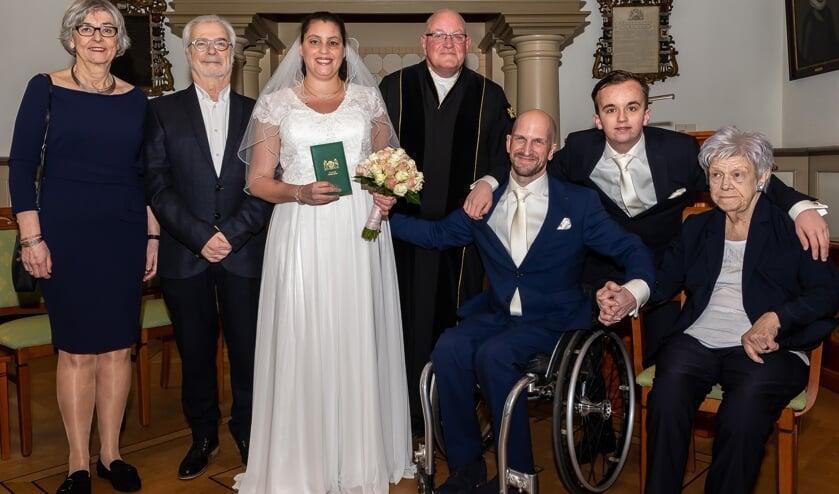 Het kersverse bruidspaar met de beide families.