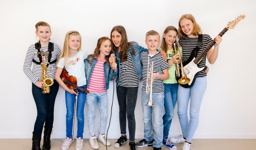 Enthousiaste kinderen zingen leuke popliedjes.