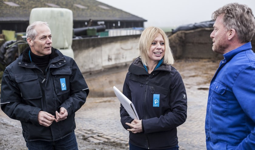 Toezichthouders Mariëlle Schagen en Bart Sprenkeling in gesprek met veehouder Jan Out