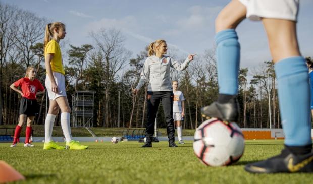 Sarina Wiegman, bondscoach van de OranjeLeeuwinnen, en sinds februari de ambassadeur van het meiden- en vrouwenvoetbal.