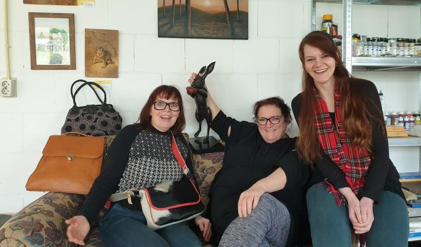 Vlnr.: Imke Eevenaar met haar tassen, Marjolijn Pijper met 'Badderhaas en Lidewij de Vries met haar schilderij aan de wand, drie van de deelnemers aan de Open Atelier Route Witte Paal.