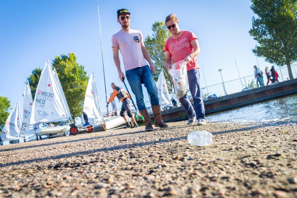 Houd de Vooroever schoon! Vrijwilligers rapen vuil na regatta. (Foto: Klaas Wiersma, Open Dutch Sailing Championships) © rodi
