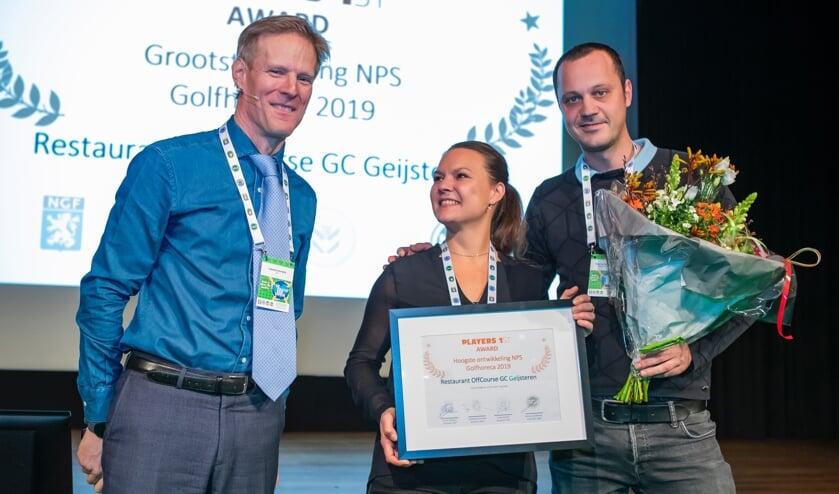 Lodewijk Klootwijk (links) heeft een Players Award overhandigd aan de exploitanten van de horeca op Geijsteren. ,,Dat je een baken en een houvast kunt zijn in deze tijd, maakt het werk ontzettend dankbaar.'' .''