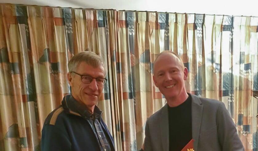 Voorzitter Pieter Lutterman (rechts) feliciteert Bert Kwant met zijn benoeming tot TVJ'er van het jaar.