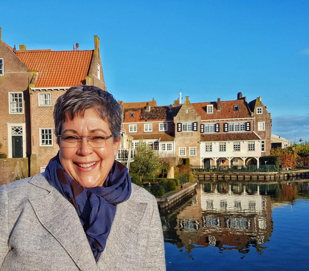 Esther pleit voor behoud van historische straatnamen in Enkhuizen. (Foto: Aangeleverd) © rodi