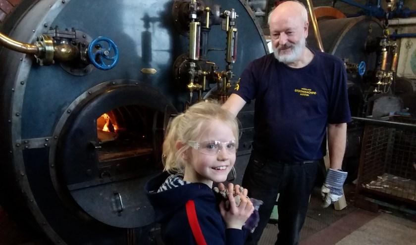 De stoker helpen in het Stoommachinemuseum.
