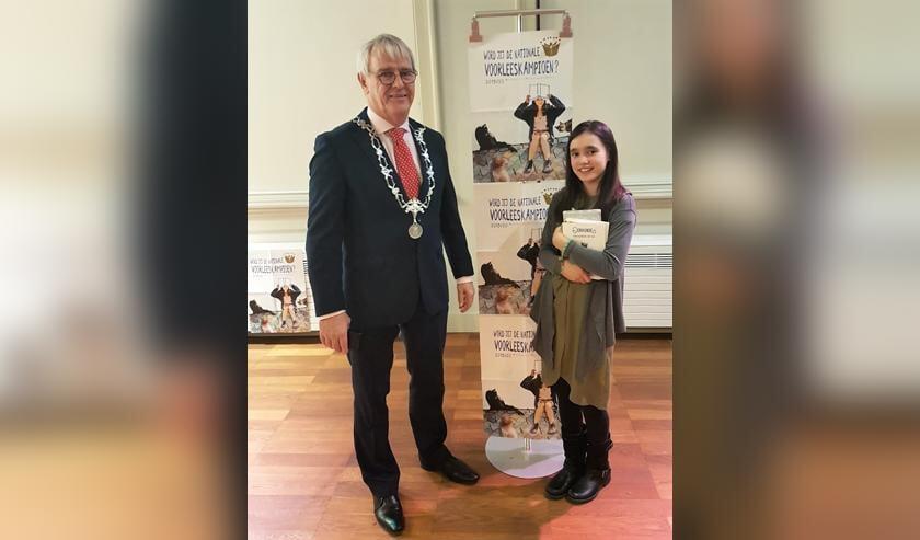 Meghan Pronk ontving de prijs uit handen van burgemeester Jeroen Nobel.