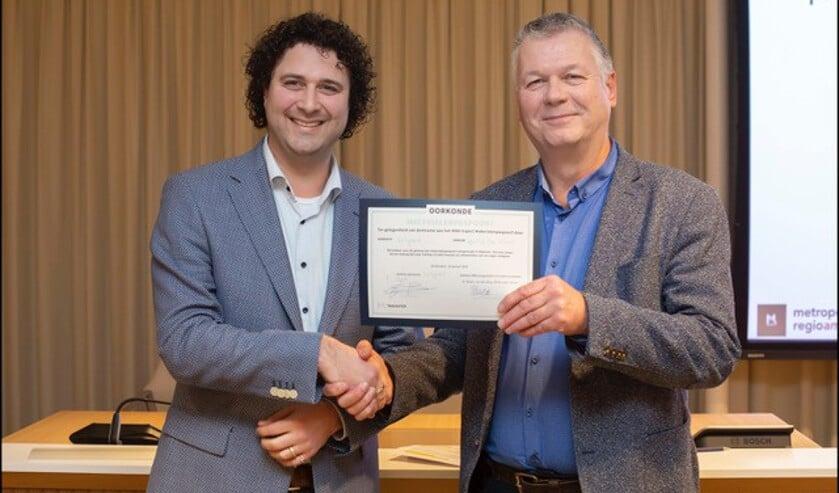 Frank Post ontvangt namens de gemeente Uitgeest certificaat voor het materialenpaspoort