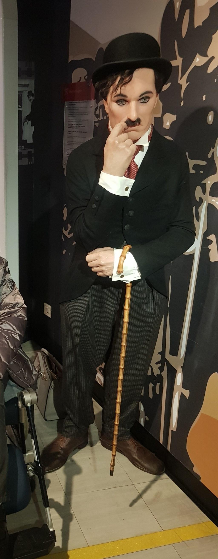 Naar Charlie Chaplin in Madame Tussauds.  © rodi