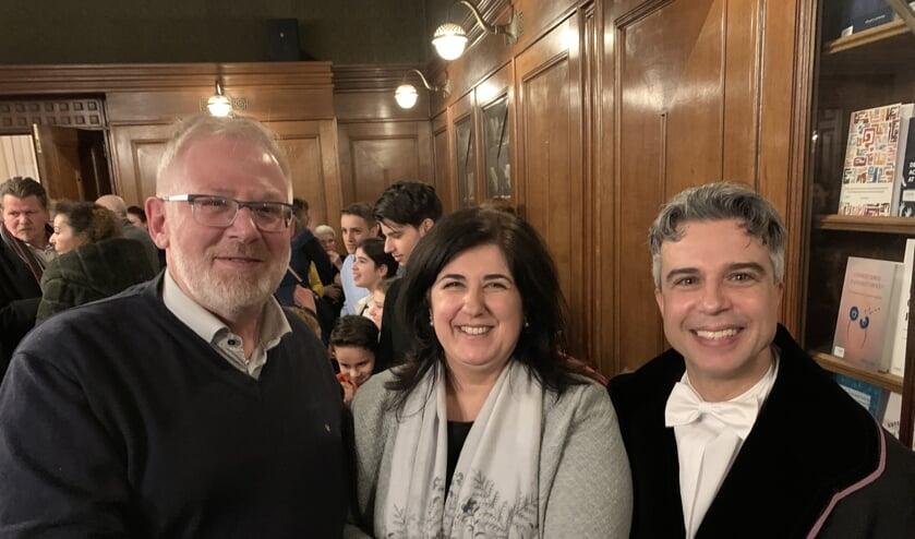 CDA-fractievoorzitter John van Nimwegen,de vrouw van Sindo en Sindo zelf. (vlnr)