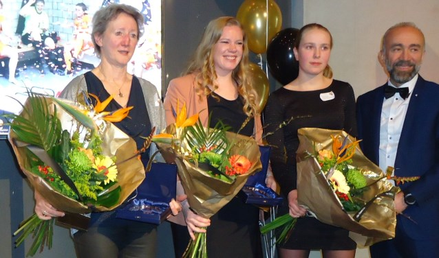 Vlnr: Anja Akkerman, Elisa Hartog, Luna de Bruin en sportwethouder Haydar Erol.