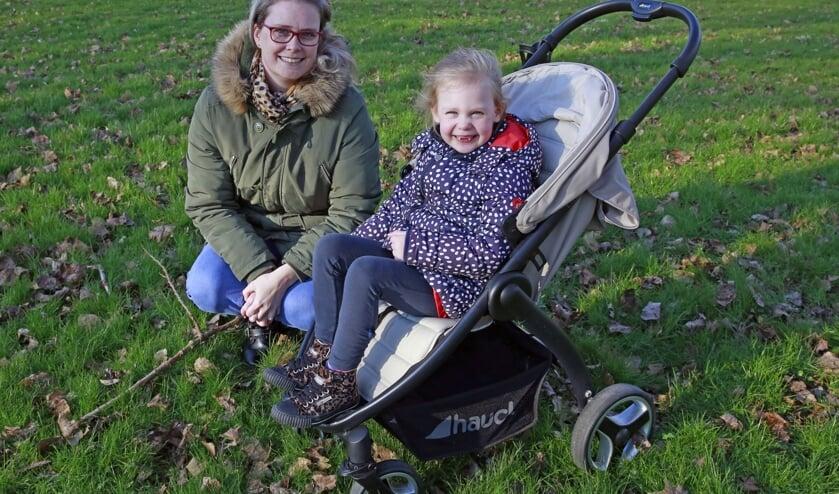 Elianne en haar moeder Natasja, in de buggy waar ze inmiddels te groot voor is geworden.