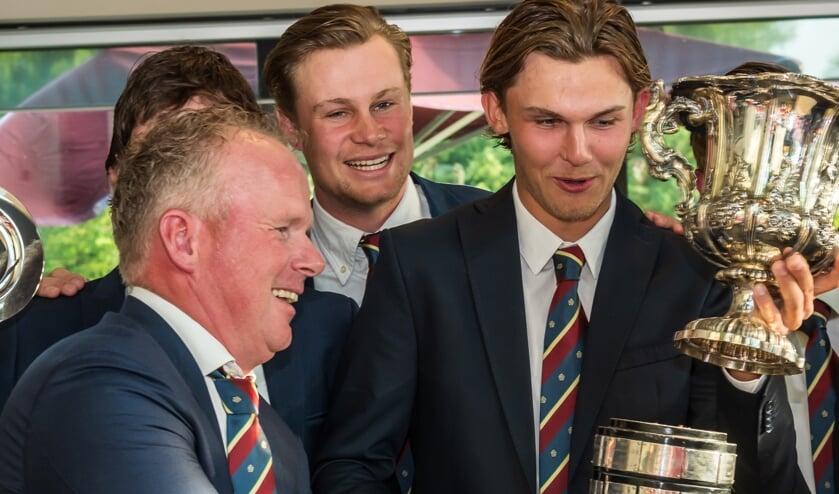 John Boerdonk glundert bij de uitreiking van een andere 'award', de trofee voor de landskampioen, die hij won met de Rosendaelsche.
