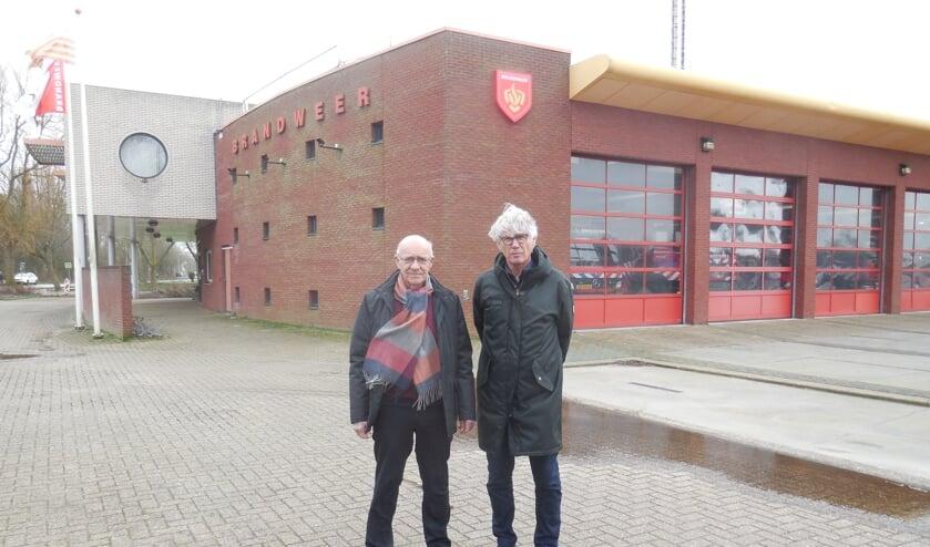 Initiatiefnemer Ad Verhage en vice-voorzitter Rein van Straten van zonnecoöperatie West-Friesland voor bandweerkazerne Enkhuizen.