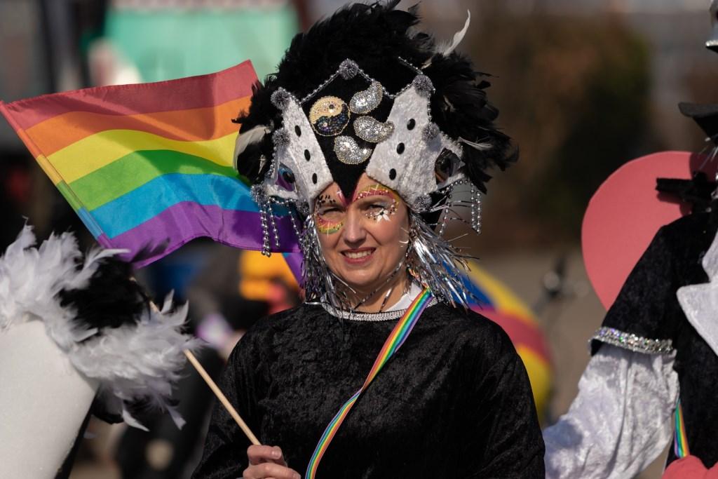 Mooi uitgedost meedoen aan carnaval. (Foto: Albert Dros) © rodi