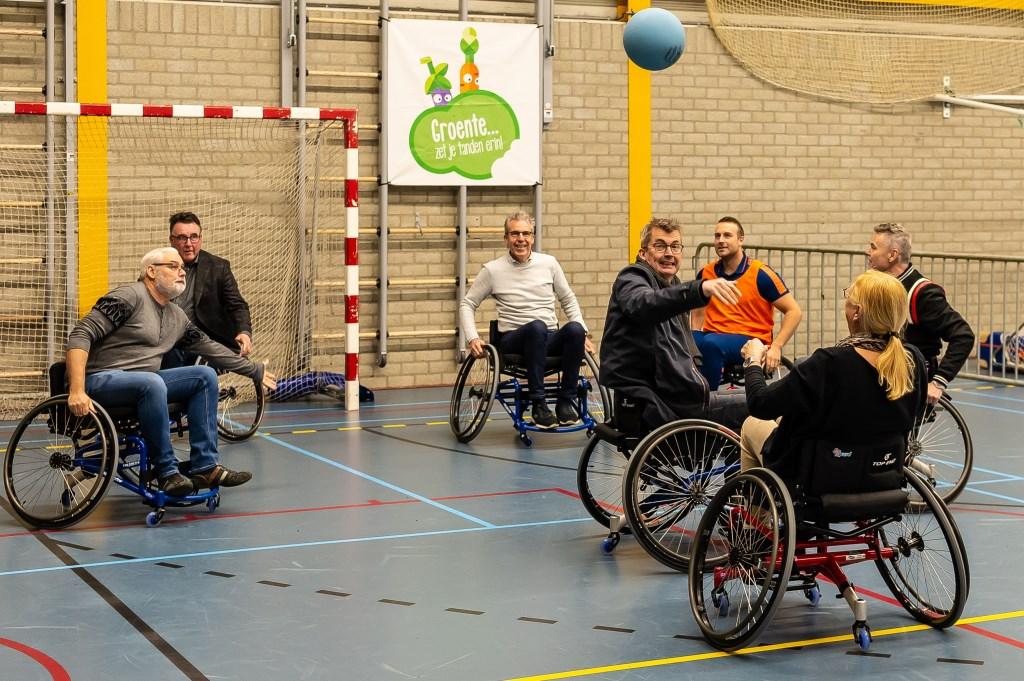 Het wedstrijdje rolstoelhandbal viel niet mee.  (Foto: Han Giskes) © rodi
