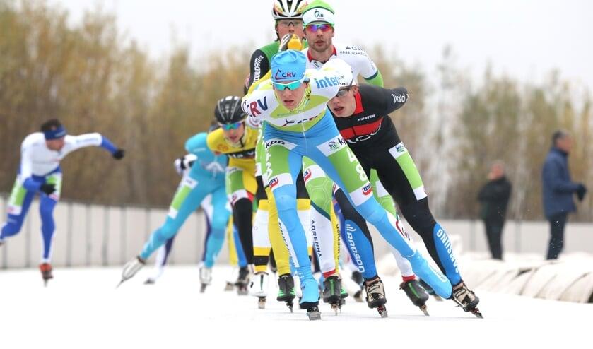 Marathonschaatsers in actie op Flevonice.