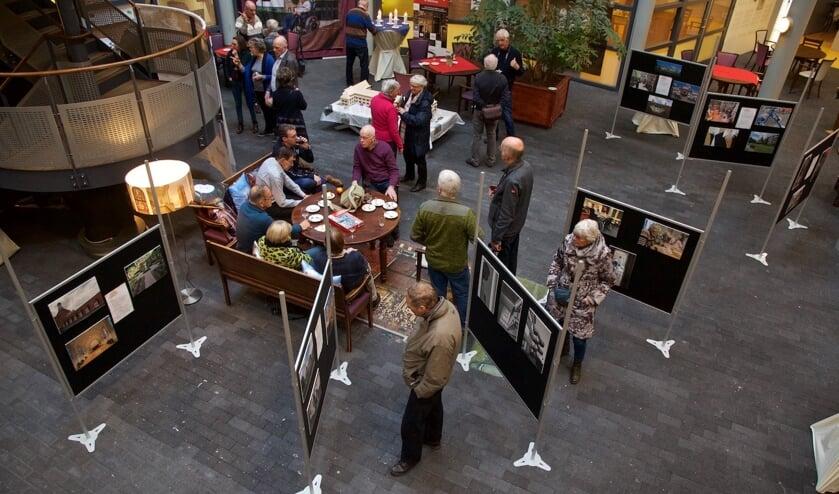 Bovenaanzicht van de foto-expositie 'Onvergetelijke ouderenzorg in Zorgcirkel Westerhout'.