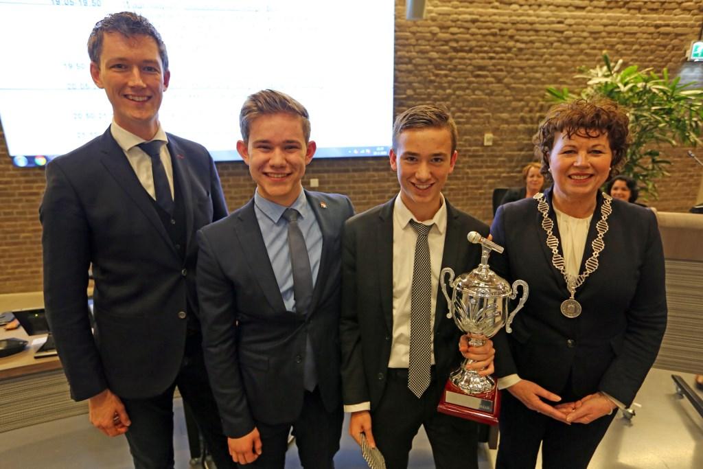 Marcel Steeman (l), voorzitter van de jury, zette samen met burgemeester Kompier en de winnaar van vorig jaar, Damian Schenk, de beste debater van dit jaar, Daan Pheijffer in de spotlights.  (Foto: Theo Annes) © rodi